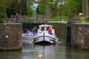 Barka w śluzie na Canal du Midi