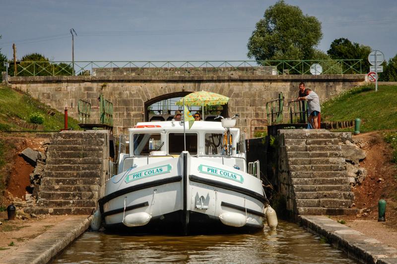 Wypływanie ze śluzy barką