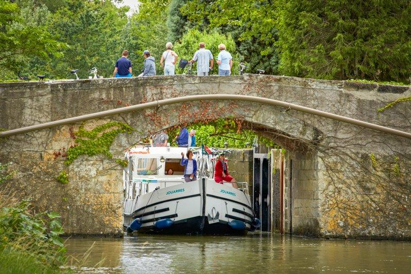 Canal du Midi barka pod mostem wyjście ze śluzy 18