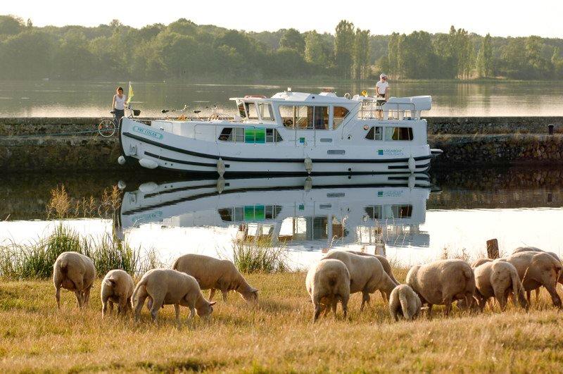 Kanał Nivernais Burgundia barka wakacje