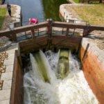 spuszczanie wody w śluzie na kanale Augustowskim