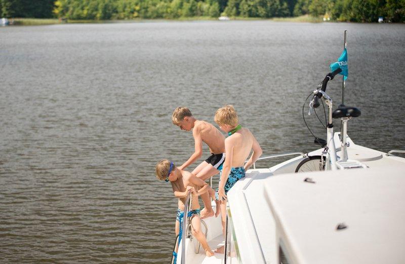 wakacje na barce kąpiel w jeziorze dzieci