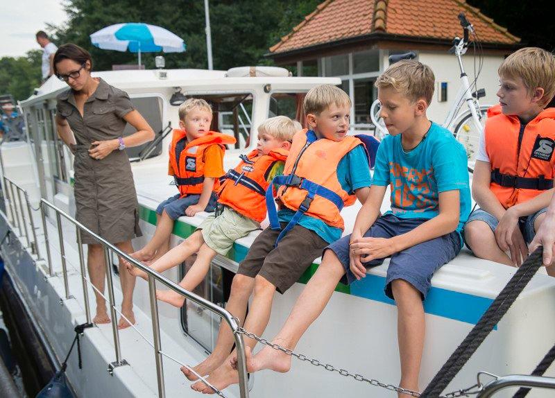 Dzieci na barce - śluza