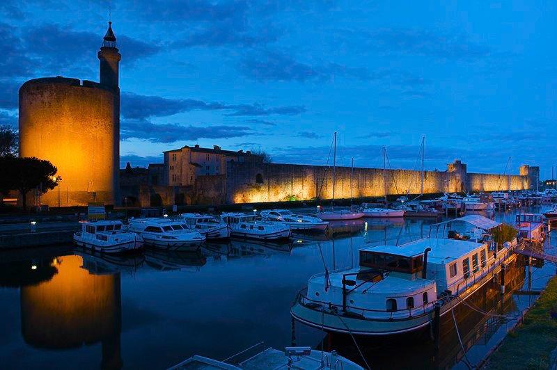 Aigues-Mortes Francja region Camargue port noc mury miejskie