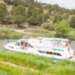 barka cumująca przy brzegu kanału
