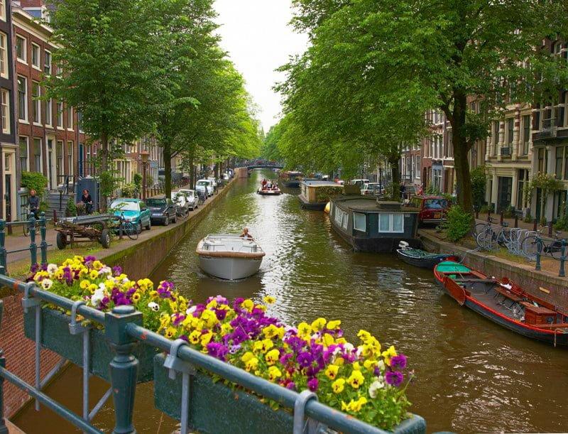 Amsterdam kanał Holandia wakacje na barce