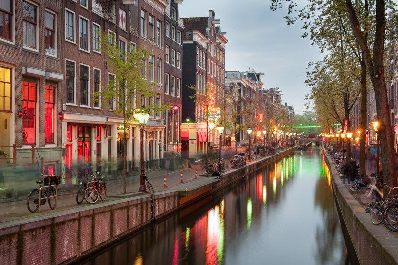 Amsterdam wieczorową porą Holandia wakacje na barce
