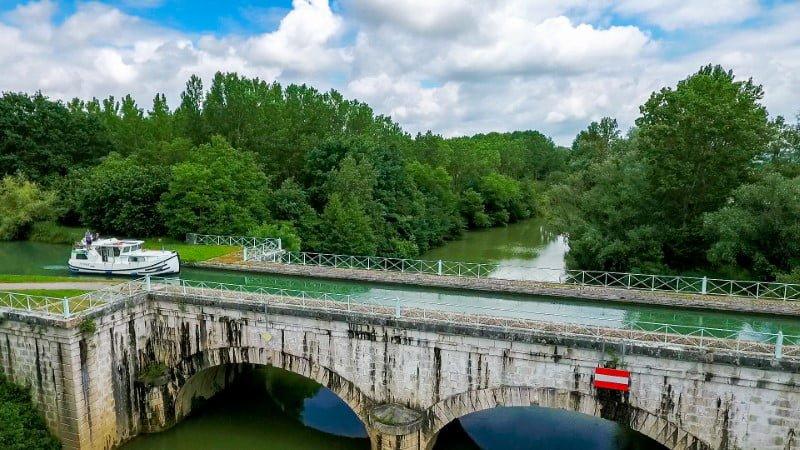 Most na Canal Latéral à la Garonne nad rzeką Petite Baïse