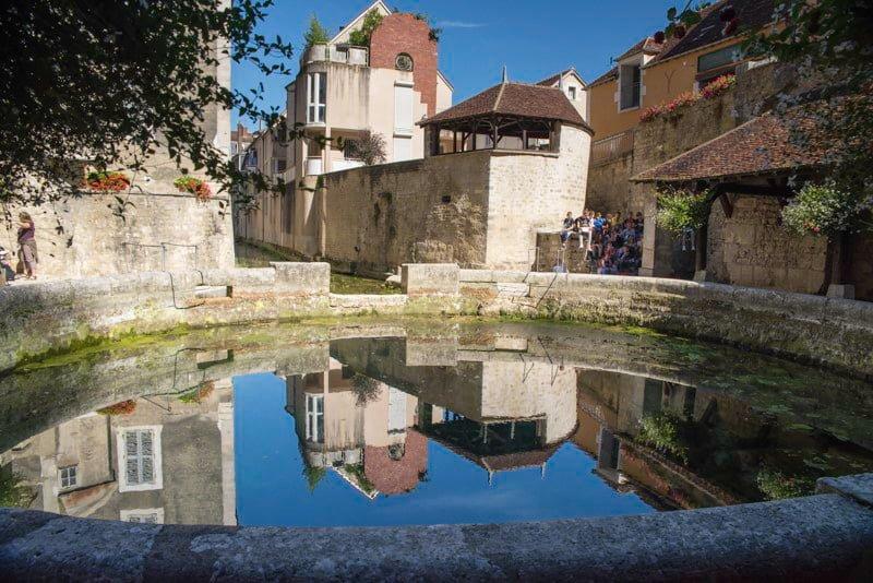 Tonnerre studnia Diany Burgundia wakacje na barce