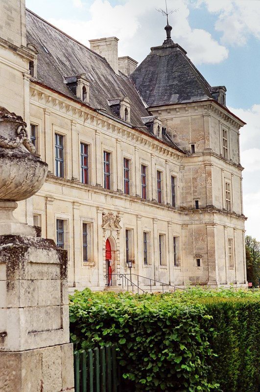 Ancy le Franc zamek Burgundia barka wakacje