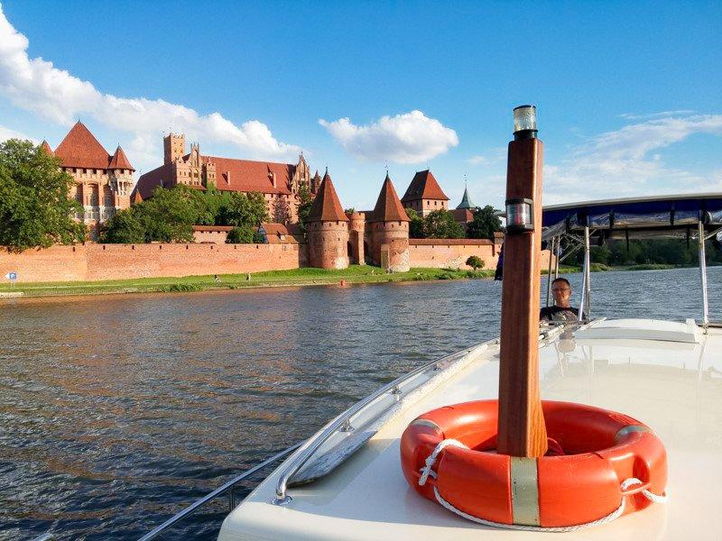 Widok na zamek w Malborku z pokładu barki