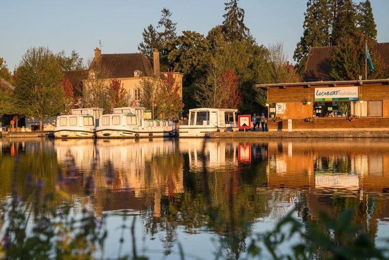 Saint-Léger-sur-Dheune baza Locaboat jesień barki
