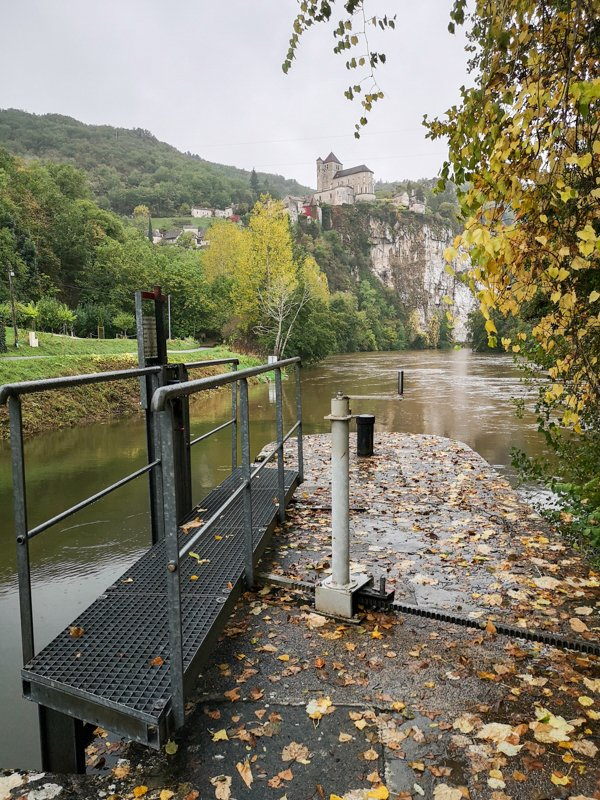 Śluza na rzece Lot z widokiem na Saint Cirq Lapopie