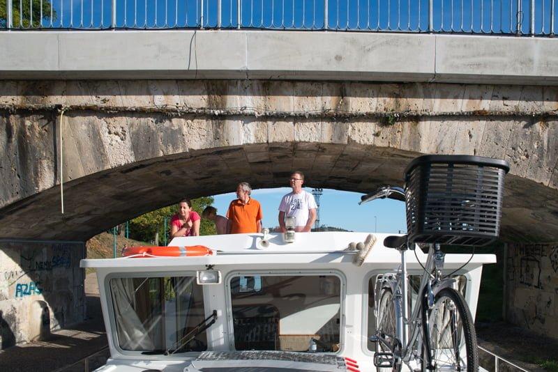 Przepływamy pod mostem na kanale Garonny