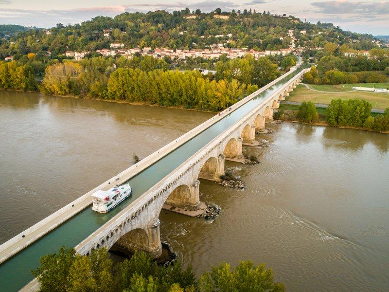 Most kanałowy nad rzeką Garonną