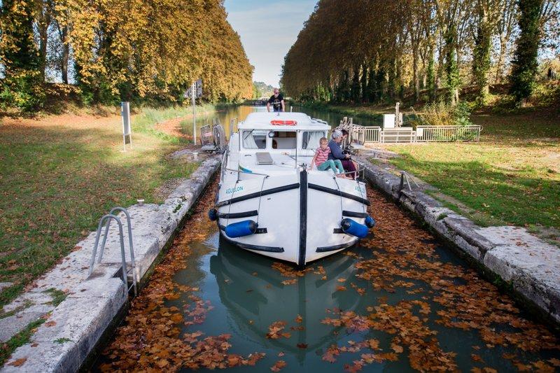 Jesienne pływanie barką po kanale Garonny