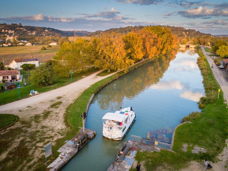 Na kanale garonny śluza barka jesień