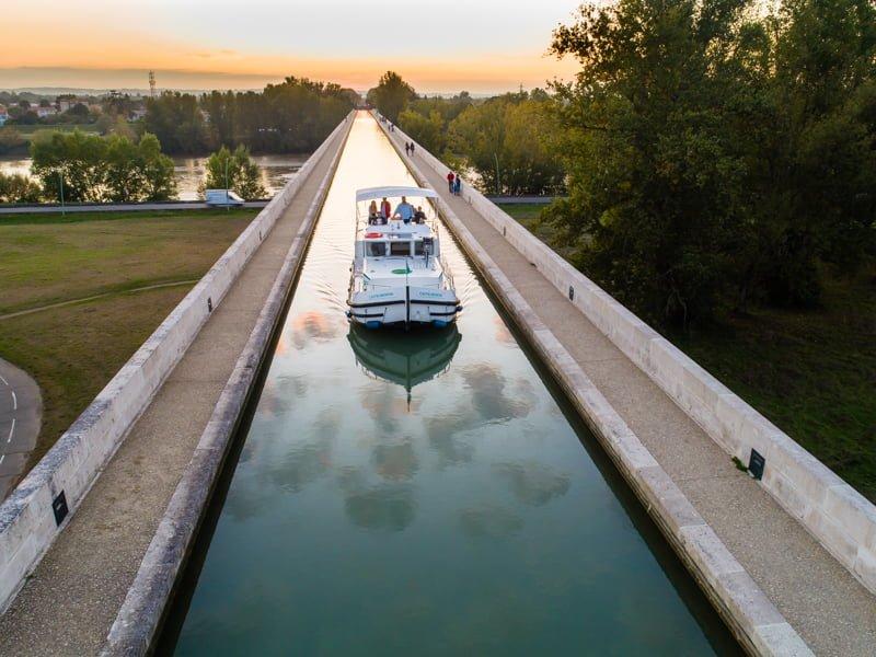 Na moście kanałowym nad rzeką Garonną