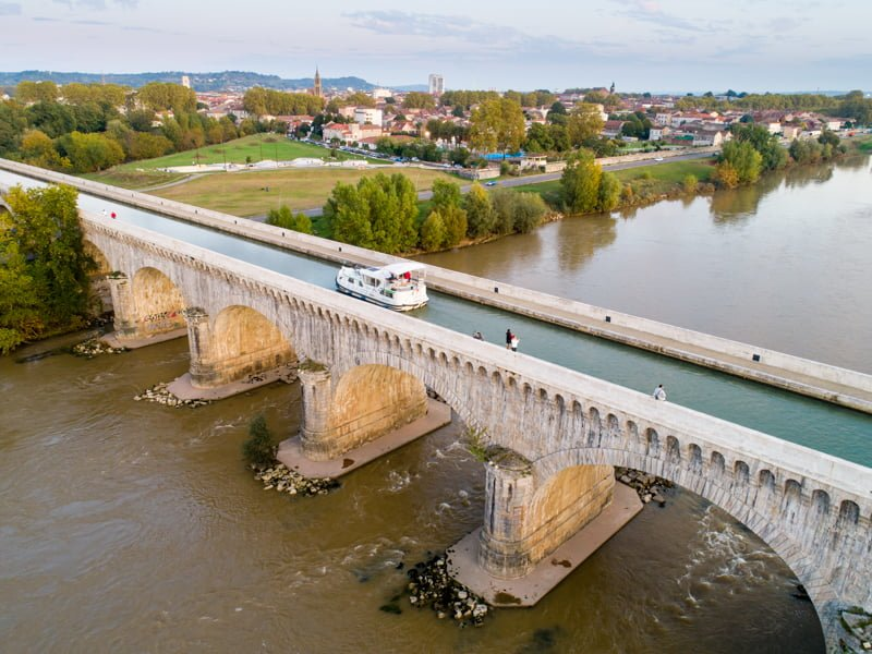 barką mostem przez Garonnę