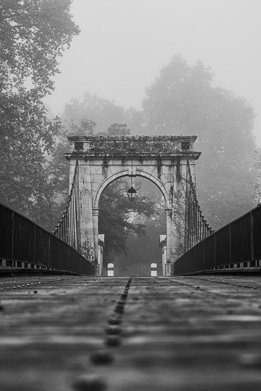 Na moście wiszącym w Vianne Francja
