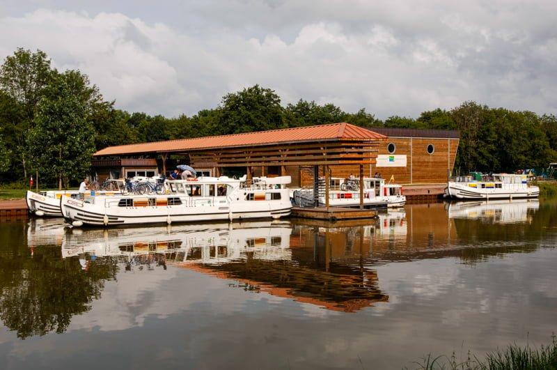 barki w bazie w Corbigny