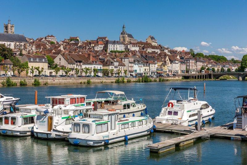 joigny widok z portu na miasto