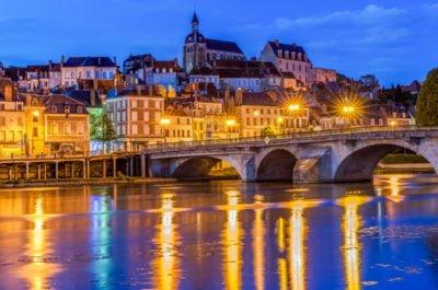 Joigny nocą widok od strony rzeki