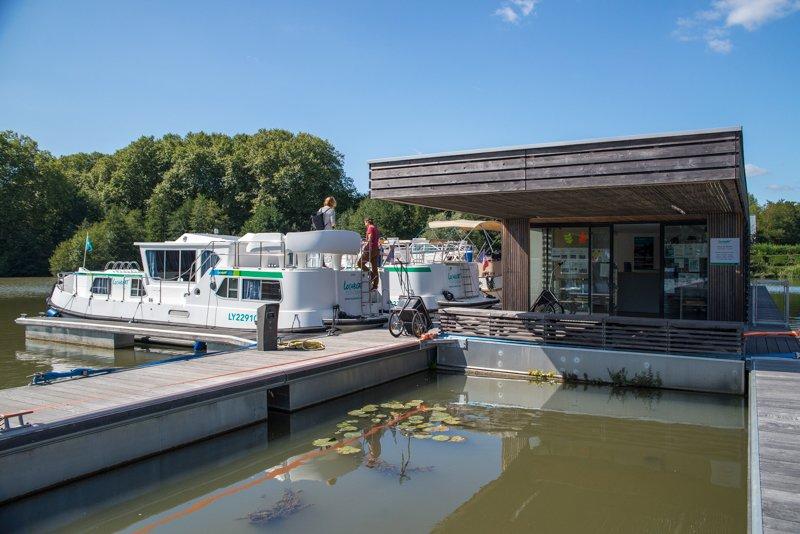 biuro Locaboat w porcie w Briare