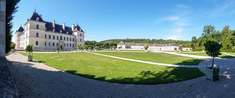 Ancy-le-Franc widok na pałac i stajnie
