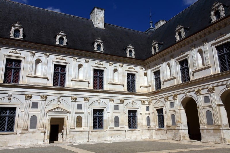 Zamek Ancy le Franc dziedziniec