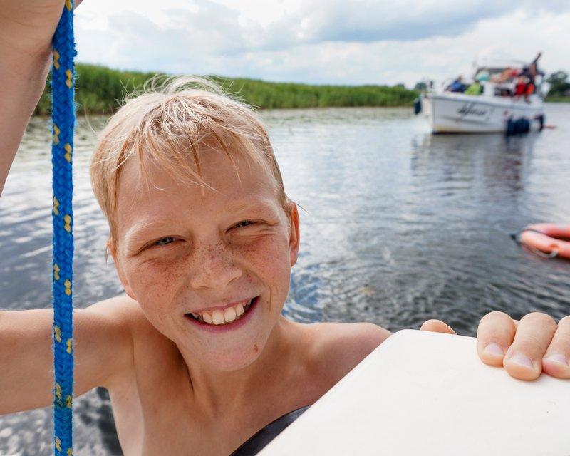 dziecko w wodzie wakacje na barce