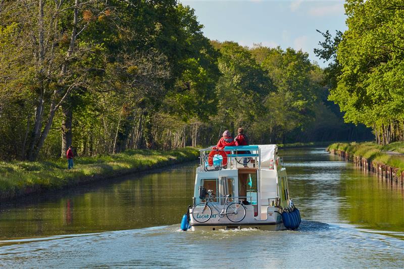 Barka płynie na Kanale Nivernais